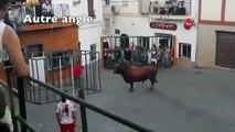 Même la cage n'a pas pu protéger cet homme de l'attaque d'un taureau furieux !