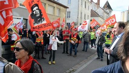 Manifestation devant la permanence du député de Saône et Loire Raphaël Gauvain