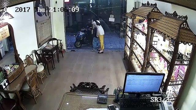 Người đàn ông dàn cảnh, đánh lạc hướng nhân viên để cậu bé diễn sâu, chờ thời cơ trộm điện thoại