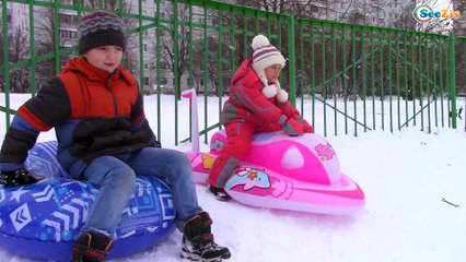 СНЕЖНАЯ ГОРКА Мотоцикл ХЕЛЛО КИТТИ Катаемся Ярослава и Игорек Видео для детей HELLO KITTY TOYS