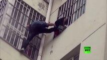 لحظة إنقاذ طفلة علق رأسها بين قضبان النافذة