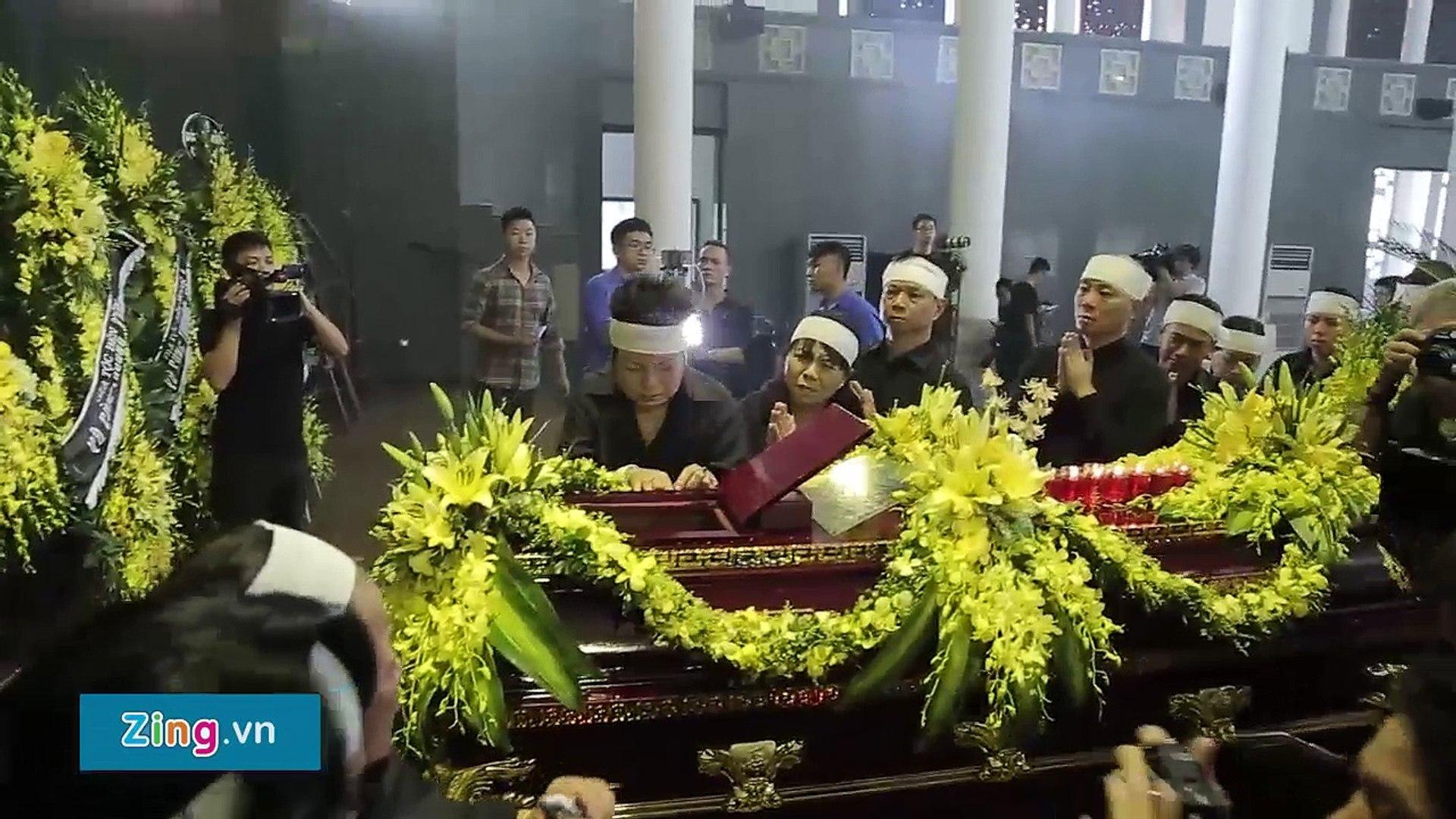 Học sinh Lương Thế Vinh khóc òa khi linh cữu thầy Văn Như Cương qua trường