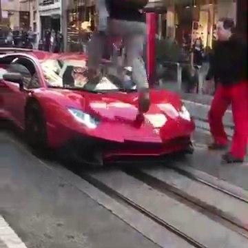 Ce débile saute sur une Lamborghini Aventador et va vite le regretter