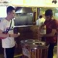 Un touriste pas très amusé par les blagues d'un vendeur de glaces turc