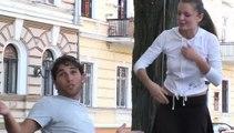 Une femme interpelle des hommes en train de fumer, ensuite elle dévoile son arsenal pour les faire arrêter de fumer