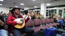 Deux musiciens irlandais mettent l'ambiance dans une salle d'embarquement