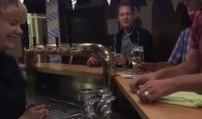 Un homme fait un tour de magie sympa à la serveuse d'un bar