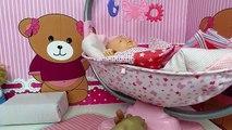 La muñeca bebé Ana se cae de su nueva cama Los mejores juguetes de muñecas Mundo Juguetes