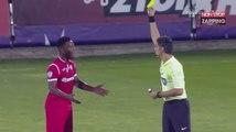 Football : Un joueur fait une blague à l'arbitre et se prend un carton jaune (Vidéo)