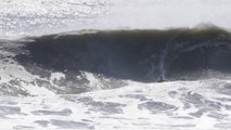 Ils surfent les vagues de l'ouragan Maria
