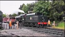Locomotive à Vapeur Anglaise quitte la gare