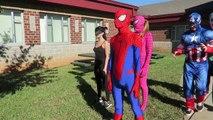 Spiderman & Elsa JOKER BOWLİNG BATTLE w/ Kedi Kadın süper Kahraman Eğlenceli IRL Donmuş!