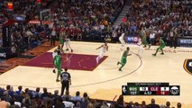 Un joueur des Boston Celtics se fait une violente fracture de la jambe en plein match