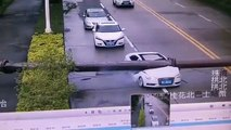 Un automobiliste presque tué par la chute d'un poteau... Quel chanceux!