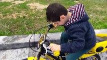 Salih Reisin göl kenarında ilk bisiklete binme denemesi