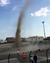 Tornado invade partido ed fútbol