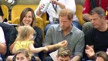 Cette fille vole quelque chose au Prince Harry mais ce que ce dernier lui fait est étonnant...