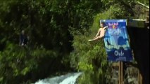 Cliff diving in Chile : Divers compete in Lago Ranco