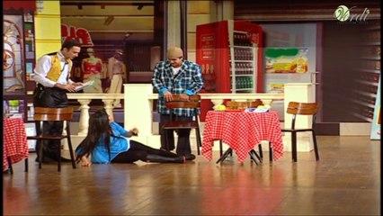 """مقلب كوميدى نجم تياترو مصر يسقط الفتاة علي خشبة المسرح """" ضحك هستيري من الجمهور """""""