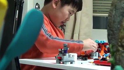 레고 마인크래프트 위더 장난감을 가지고 진지하게 몰입하며 노는 아이의 모습 도촬