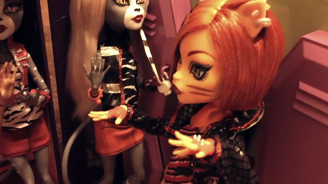 Monster High Clawdeen gets a job
