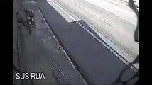Ces 2 braqueur volent un passant mais n'ont pas vu la police juste derrière eux... Oups