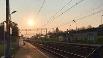 Un jeune traverse la voie ferrée au moment ou un TGV arrive.