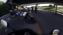 Ce motard se prend une barrière de sécurité de face et embarque deux motards dans sa chute !