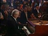 Interrompu par une sonnerie de téléphone ce pianiste joue avec !
