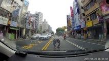 Sauvetage d'un chaton perdu au milieu de la route par un conducteur en Chine !