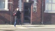 Possédée cette femme danse comme une folle dans les rues de Liverpool !