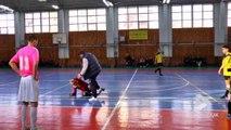 L'arbitre de futsal se fait démonter par l'entraîneur énervé en Russie !! Football en salle