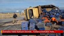 Domates Yüklü Kamyon Devrildi... Tonlarca Domates Yola Saçıldı
