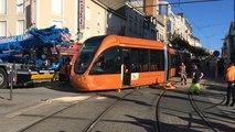 Après une collision avec une voiture, le tram déraille