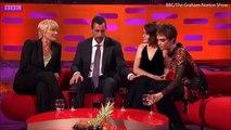 Adam Sandler critiqué pour avoir touché le genou de Claire Foy