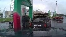 Il danse sur le toit de sa voiture à la station essence en Russie !
