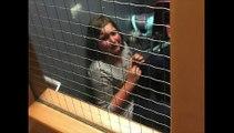 Une institutrice à punie cette fillette en l'enfermant dans un placard à balais... Dingue