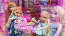 La mascota de Elsa hace pipí y popo caca | Fiesta de cumpleaños de Elsa Frozen con Regalo Sorpresa
