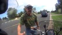 Il coupe la route à un motard qui filme la scène et ce qu'il se passe ensuite est vraiment très rare..