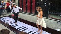 Jouer du piano.. pieds nus dessus dans la rue ! Panthère Rose