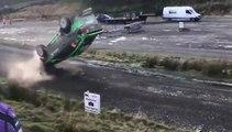 Ce pilote de Rallye arrive trop vite et fini sur le toit après un saut raté
