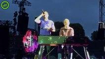 Coldplay laisse monter un fan qui joue au piano avec Chris Martin en plein concert !