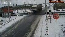 Ce camion provoque le déraillement de 2 trains en même temps !