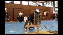 Ils tentent de couper plusieurs gros bambous en un seul coup avec un katana !