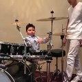 A 3 ans il joue déjà de la batterie dans un Groupe de musique !