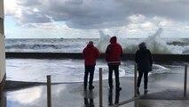 La mer envahit la promenade du front de mer