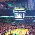 Paul Pierce acclamé par les fans des Celtics alors qu'il mange du popcorn