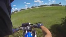 Atterrir hors du circuit en sautant en Motocross ! Beaucoup de chance pour ce pilote...