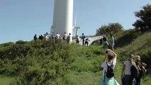 Dominique Schmerber fait une visite guidée du parc éolien de Port-Saint-Louis.