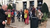 Contrats aidés : environ 60 personnes rassemblées devant la préfecture